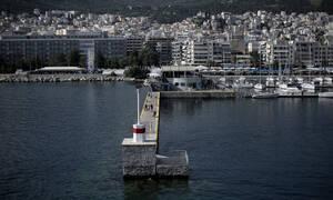 Κακοκαιρία: Ιστιοφόρο βούλιαξε στο λιμάνι της Καβάλας – Απίστευτες εικόνες