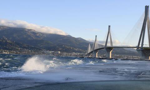 Απίστευτη εικόνα: Κεραυνός «χτυπά» τη γέφυρα Ρίου - Αντίρριου (pic)
