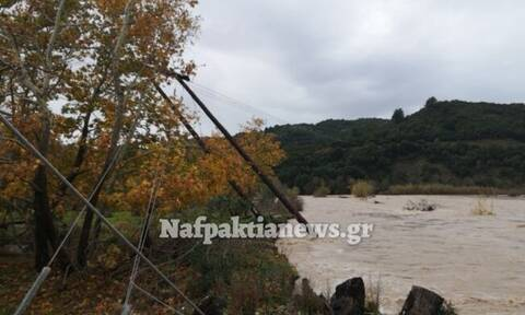 Καταστροφές στη Ναύπακτο από την κακοκαιρία - Γκρεμίστηκαν κολώνες (photos)