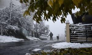 Καιρός: Επιμένει η κακοκαιρία - Παραμονή Χριστουγέννων με καταιγίδες, μποφόρ και χιόνια