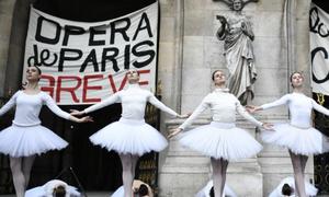 Γαλλία: Μπαλαρίνες χόρεψαν τη Λίμνη των Κύκνων έξω από την Όπερα του Παρισιού - Δείτε γιατί