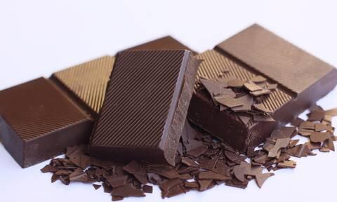 Καταπληκτικό: Αυτή είναι η σοκολάτα που «λαμπυρίζει» και έχει γίνει viral (vid)