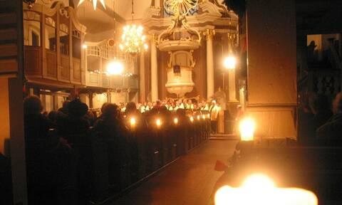 Πανικός σε εκκλησία τα Χριστούγεννα: Δεν πίστευαν στα μάτια τους όταν είδαν τι έκανε ο ιερέας (pics)