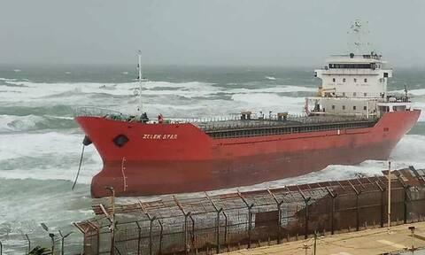 Φορτηγό πλοίο από την Ελλάδα εξόκειλε σε παραλία του Ισραήλ λόγω ισχυρών ανέμων (pics&vid)