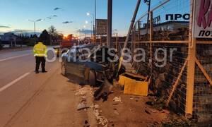 ΣΟΚ στη Λάρισα: Άγιο είχε οδηγός - Επεσε σε κολόνα και έκανε το αυτοκίνητο  «σμπαράλια»
