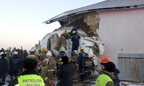 Αεροπορική τραγωδία στο Καζακστάν: Τουλάχιστον 14 οι νεκροί από τη συντριβή αεροσκάφους (pics&vids)