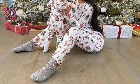 Ντύθηκαν ασορτί και πόζαραν μπροστά από το χριστουγεννιάτικο δέντρο