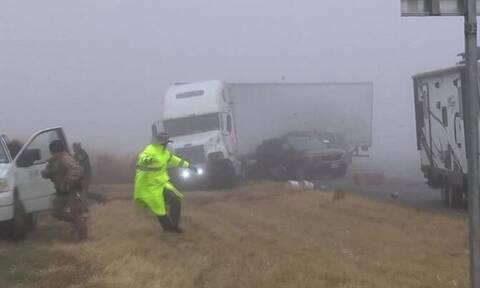 Βίντεο που κόβει την ανάσα: Νταλίκα κάνει σμπαράλια αυτοκίνητα λόγω ομίχλης!