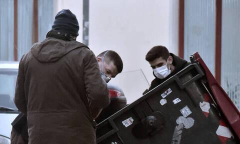 Θρίλερ στα Πετράλωνα: Κάμερα δείχνει τον 20χρονο να πετά σακούλες στα σκουπίδια (pics)