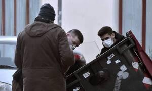 Θρίλερ στα Πετράλωνα: Στον εισαγγελέα ο 20χρονος – Σε ψυχιατρική κλινική η μητέρα του (pics)
