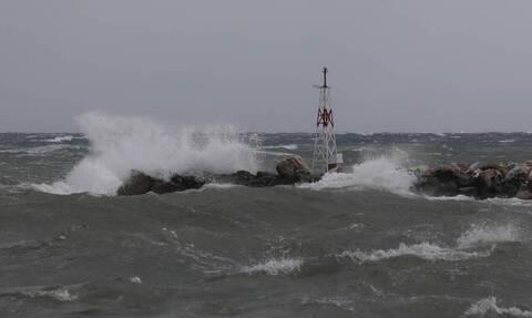 Ακυβέρνητο σκάφος με τέσσερις επιβαίνοντες στον Σαρωνικό