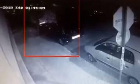 Πετράλωνα: Βίντεο - ντοκουμέντο δείχνει τον 21χρονο να πετάει σακούλες σε κάδο σκουπιδιών