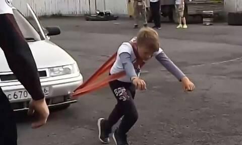 Τρομερός 11χρονος! Τραβάει αυτοκίνητα και κάνει άρσεις θανάτου (vid)