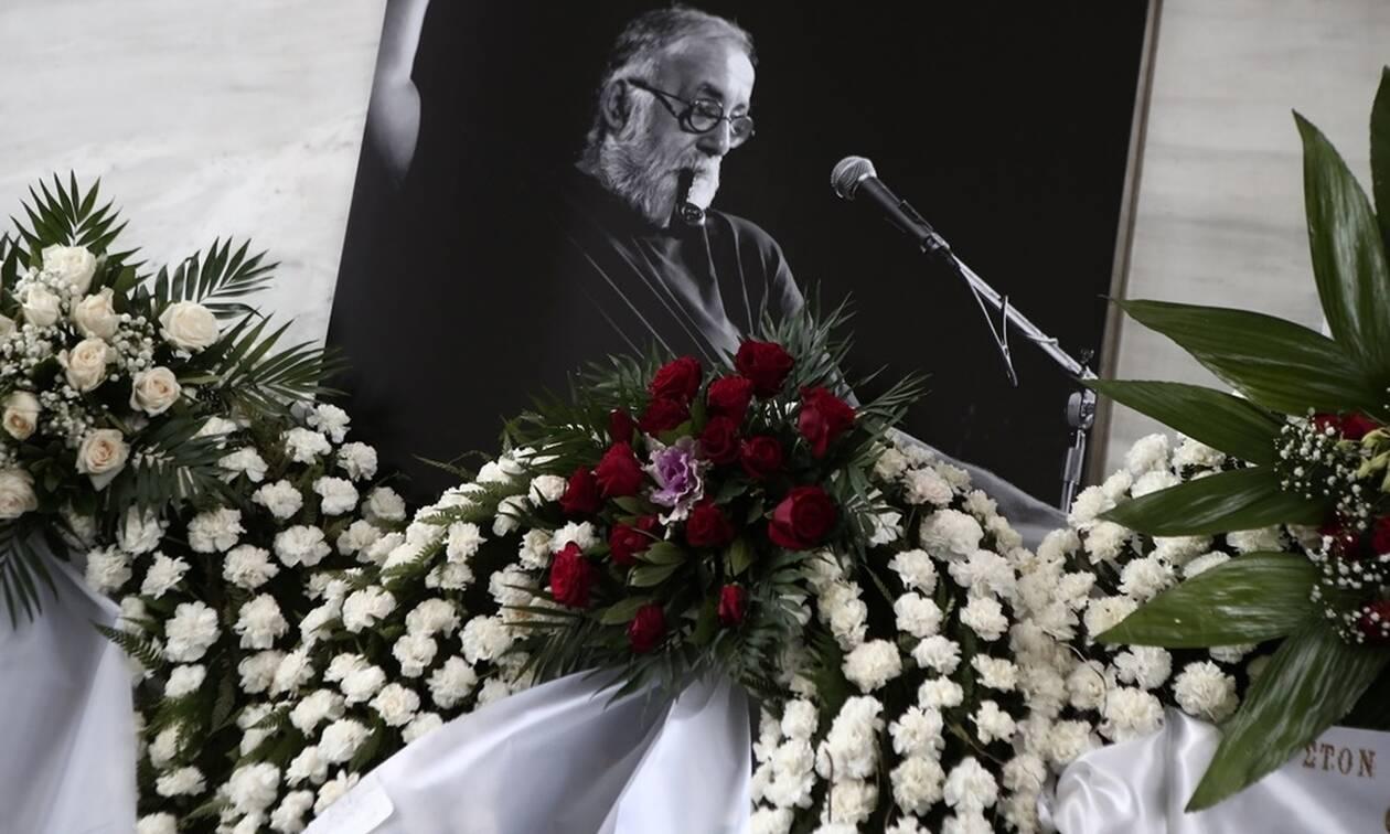 Κηδεία Θάνου Μικρούτσικου: Ήταν όλοι εκεί - Θλίψη στο «τελευταίο αντίο» στον σπουδαίο μουσικοσυνθέτη