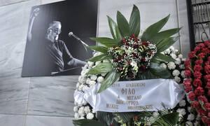 Κηδεία Θάνου Μικρούτσικου: Ράγισε καρδιές η σύζυγος του σπουδαίου μουσικοσυνθέτη