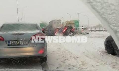 Καιρός ΤΩΡΑ: Χάος στην Αθηνών-Λαμίας! Αποκλείστηκαν οδηγοί στα χιόνια - Σαρώνει τα πάντα η «Ζηνοβία»