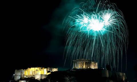 Η Αθήνα υποδέχτηκε τη νέα χρονιά - Μπακογιάννης: Να μην βρει κανέναν το 2020 μόνο του (vid)
