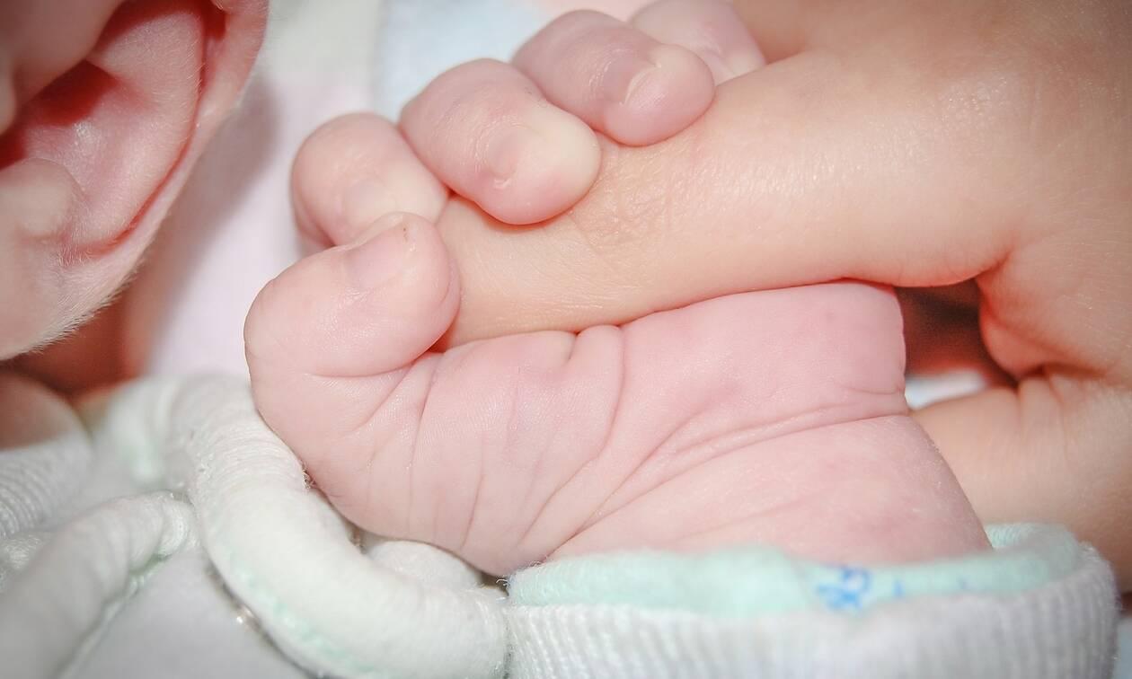 Επίδομα γέννας: Οι νέοι γονείς θα λαμβάνουν 2.000 ευρώ - Σε δύο δόσεις το ποσό