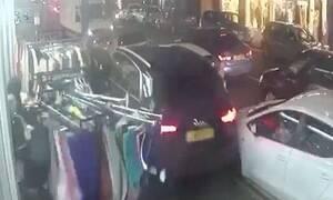 ΣΟΚ: Οδηγός κόντεψε να σκοτώσει ανθρώπους σε πεζοδρόμιο - Δεν φαντάζεστε για ποιον λόγο (vid)