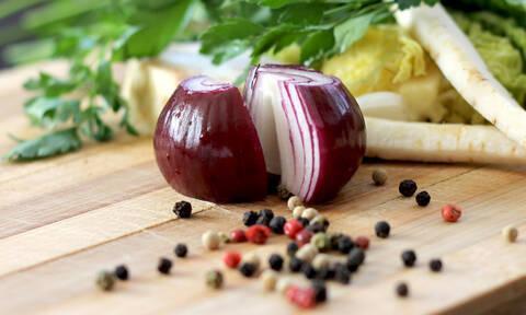Πώς θα καθαρίσεις κρεμμύδια χωρίς να δακρύσεις; Ιδού