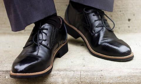 Άνδρες προσοχή: Τι σημαίνει το νούμερο του παπουτσιού σας για το… μέγεθος;
