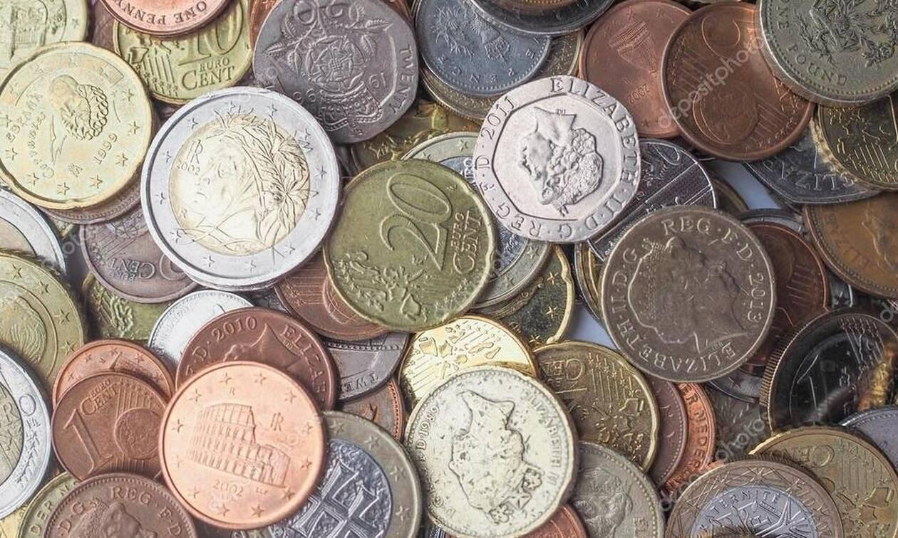 Μυστήριο: Άγνωστος αφήνει πακέτα με λεφτά στους δρόμους