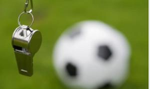 Χαμός σε ποδοσφαιρικό αγώνα: Διαιτητές φιλήθηκαν στο στόμα (pics)