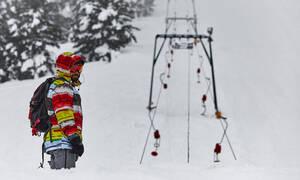 Ηφαιστίωνας: Χιονίζει στο Καρπενήσι – Απαγορεύτηκε η είσοδος στο χιονοδρομικό του Παρνασσού