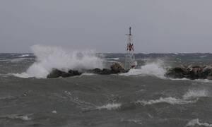 Καιρός - «Ηφαιστίων»: Σαρώνουν οι θυελλώδεις άνεμοι - Πού ισχύει απαγορευτικό απόπλου