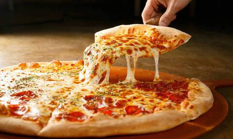 ΣΟΚ: Δείτε τι βρήκαν μέσα στην πίτσα τους (pics)