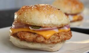 Αγόρασε ένα burger πριν 21 χρόνια και το φύλαξε - Δείτε πώς είναι σήμερα (video)