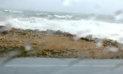 Κακοκαιρία - Κρήτη: Τα κύματα φτάνουν στην Eθνική οδό Χανίων - Ρεθύμνου