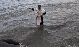 Θεοφάνεια - Φθιώτιδα: Δεν βούτηξε κανένας και... έπεσε ο παπάς για το Σταυρό