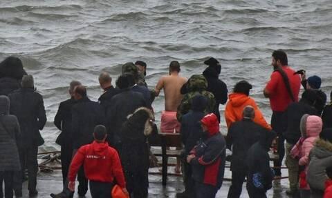Θεοφάνεια - Χανιά:  Έπεσε για τον Σταυρό και βούτηξε ναυαγοσώστης για να τον σώσει