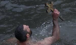 Κωνσταντινούπολη - Θεοφάνεια: Βούτηξε για τον Σταυρό και έχασε τις αισθήσεις του