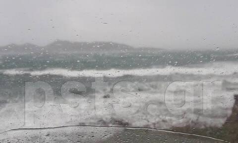 Καιρός: Τρομακτικές εικόνες στην Πάρο! Κύματα «καταπίνουν» Παροικιά και Νάουσα