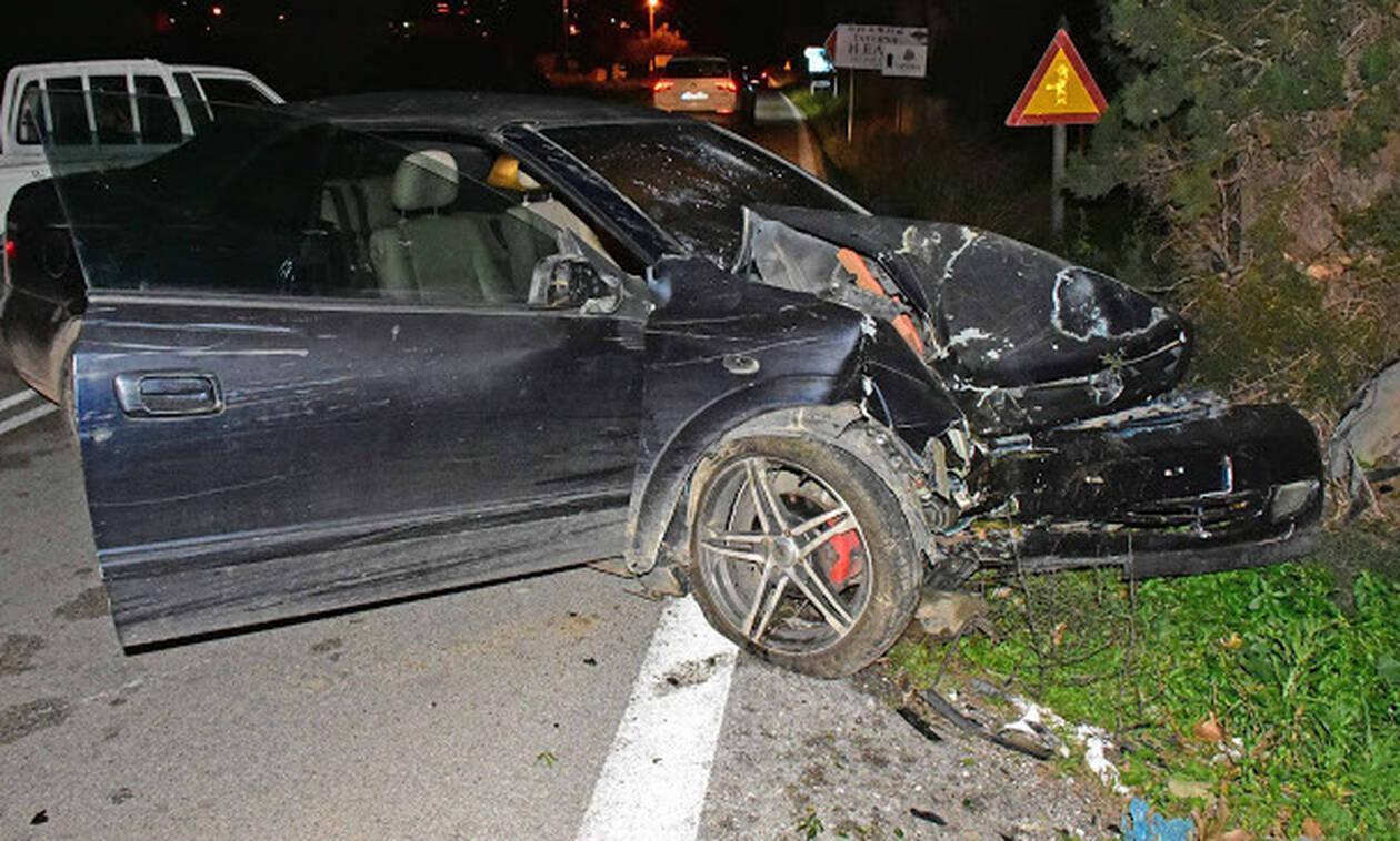 Τρομακτικό τροχαίο στο Ναύπλιο: Αυτοκίνητο καρφώθηκε σε δέντρο (ΣΚΛΗΡΕΣ ΕΙΚΟΝΕΣ)