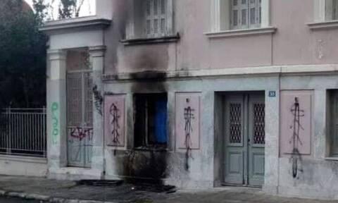 Εμπρηστικός μηχανισμός με γκαζάκια στο Ίδρυμα Μητσοτάκη – Υλικές ζημιές από τη φωτιά