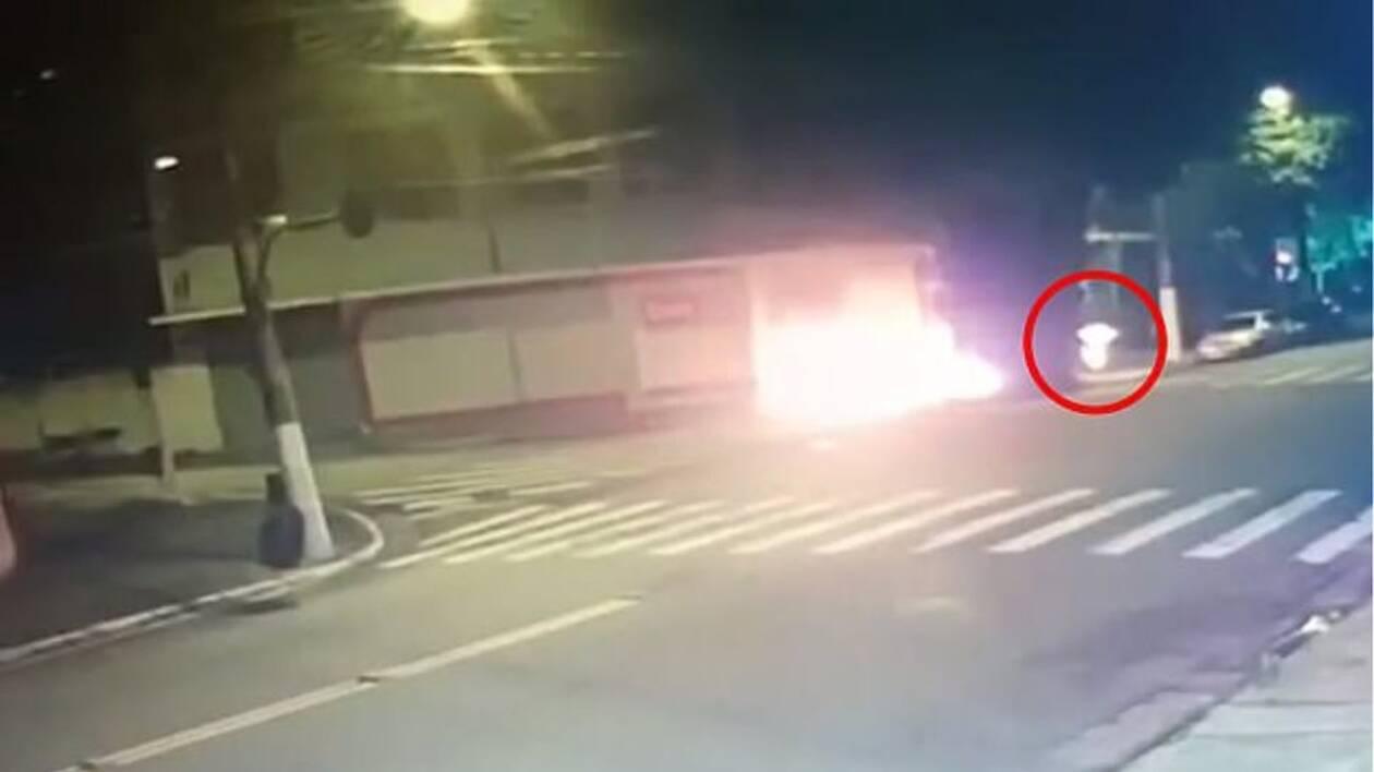 Βίντεο-σοκ: Άγνωστος καίει ζωντανό άστεγο στην Βραζιλία