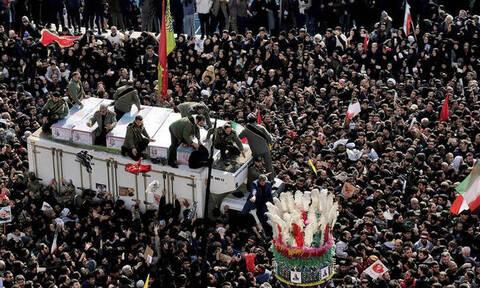 Σουλεϊμανί: Χιλιάδες οργισμένοι Ιρανοί συρρέουν στη γενέτειρα του υποστράτηγου για την ταφή