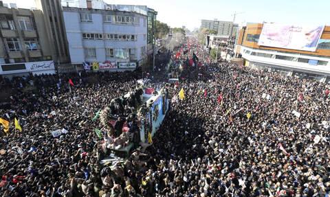 Εικόνες σοκ στην κηδεία του Σουλεϊμανί - Ιράν: «Έτσι θα εκδικηθούμε για το θάνατό του»