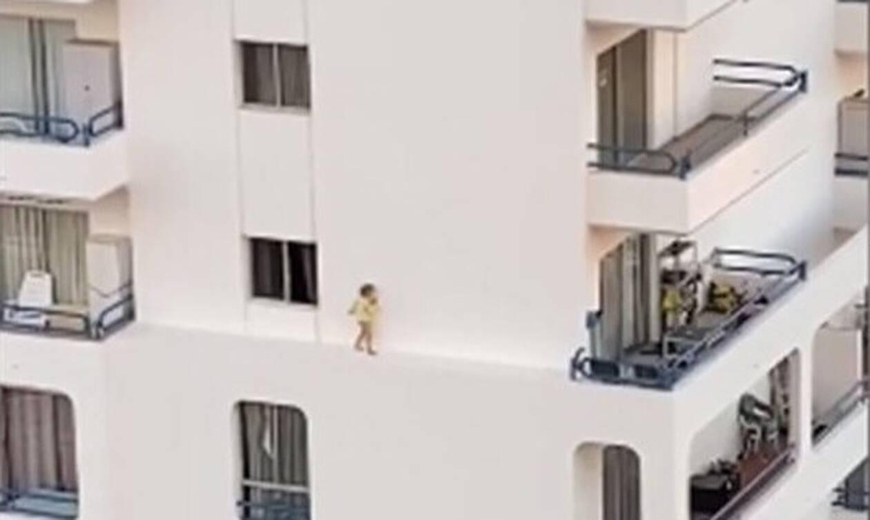 Εικόνες - ΣΟΚ: Παιδάκι περπατά στο… κενό στον 4ο όροφο πολυκατοικίας (vid)