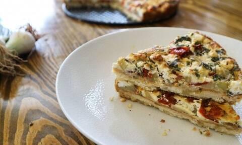 Η συνταγή της ημέρας: Τάρτα με πατάτες, φρέσκια κρεμμυδάκια και γκούντα