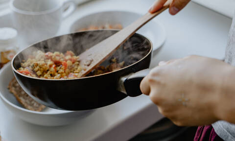 Τρία σημάδια ότι ήρθε η ώρα να πετάξεις το τηγάνι σου