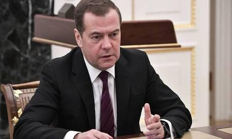 Медведев поручил оценить безопасность полетов и туризма на Ближнем Востоке