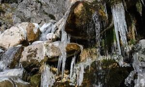 Μοναδικό θέαμα στον Καταρράκτη Άρτας: Νερό «κρέμεται» από τα παγωμένα βράχια