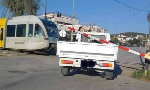 Λαμία: Φορτηγάκι προσπάθησε να περάσει τις γραμμές και το πλάκωσαν οι προστατευτικές μπάρες
