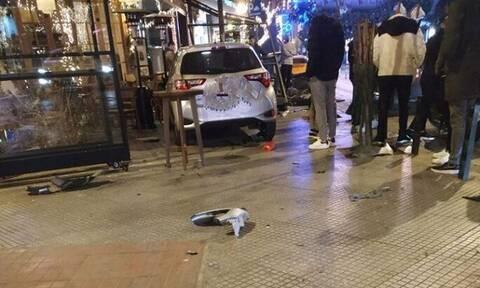 Σοκάρουν οι εικόνες στο κέντρο της Θεσσαλονίκης: Αυτοκίνητο «μπούκαρε» σε γνωστό καφέ (pics)