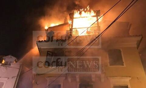 Θρήνος στην Κέρκυρα:Πέθανε ο άνδρας που πάλεψε με τις φλόγες κρεμασμένος στο περβάζι του σπιτιού του