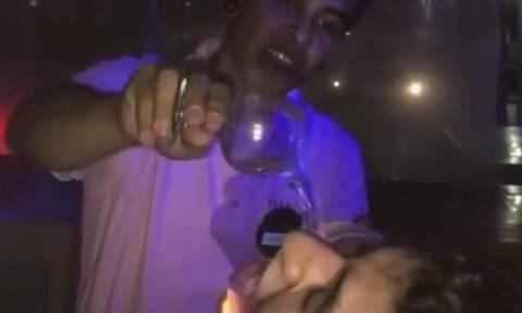 Τρομερή βλακεία! Πήγε να πιεί σφηνάκι και άρπαξε! (vid)